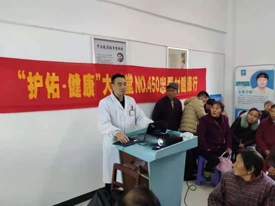扬州市中医院在社区内举办健康讲座,百余名中老年居民参加