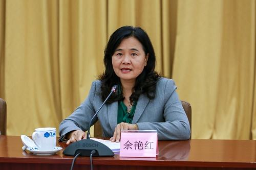 国家中医药管理局党组书记余艳红与捷克卫生部副部长同行